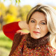 Attraktive Frau mittleren Alters im Herbst - Portrt